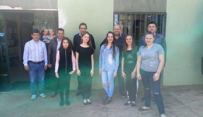 Entrega da premiação aos ganhadores do Concurso de Redação e Gincana promovida na Escola Estadual Castro Alves.