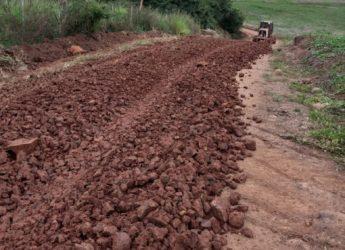 Prefeitura trabalha na melhoria das estradas rurais.