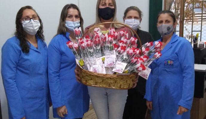 Sec. Mun. da Assistência Social distribui mimo em homenagem ao Dia das Mães.