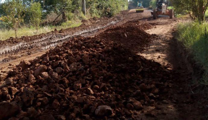Prefeitura trabalha na melhoria da estrada que dá acesso a Palmeira das Missões.