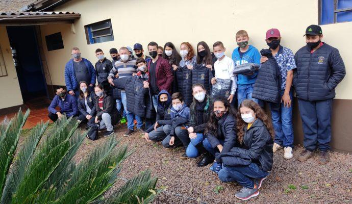 Município realiza a entrega de jaquetas para os alunos da rede municipal de ensino.